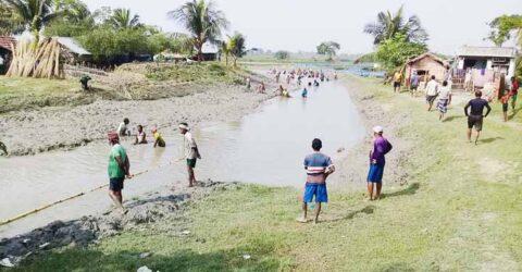 কেশবপুরে পুন:খনন খাল ৬ মাসেই ভরাট, স্বেচ্ছাশ্রমে খালের পলি অপসারণ