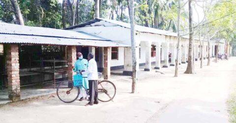 কেশবপুরের ভেরচি মাধ্যমিক বিদ্যালয় ৩৪ বছর ধরে শ্রেণিকক্ষ সংকটে শিক্ষার্থীরা