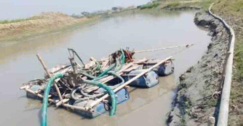 চুকনগরে আপার ভদ্রা নদীতে অবৈধভাবে বালি উত্তোলন