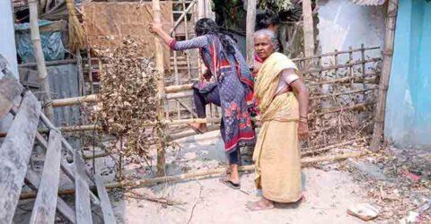 পাইকগাছায় ঘেরা বেড়া দিয়ে ৩ পরিবার অবরুদ্ধ