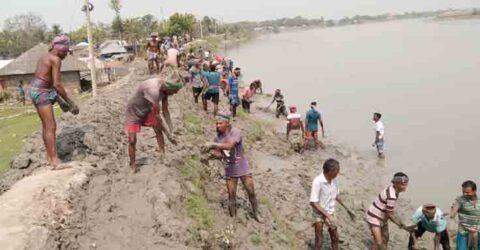 ডুমুরিয়ার স্বেচ্ছাশ্রমে গ্রাম রক্ষা বাঁধ নির্মাণ