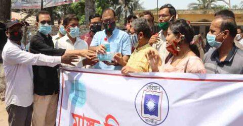 তালায় রাজশাহী বিশ্ববিদ্যালয় এলামনাই এ্যাসোসিয়েশনের উদ্যোগে মাস্ক বিতরণ