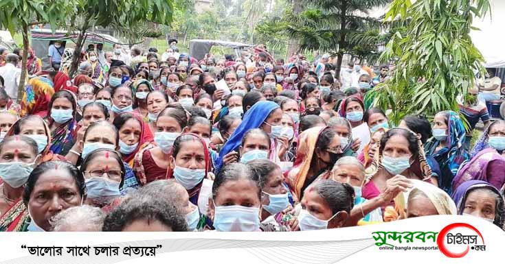 তালায় হাসপাতাল কর্তৃপক্ষের চরম অব্যবস্থাপনার মধ্যে করোনার টিকা প্রদান
